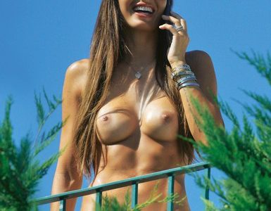 Elisabetta Gregoraci in Topless Paparazzata a Porto Cervo